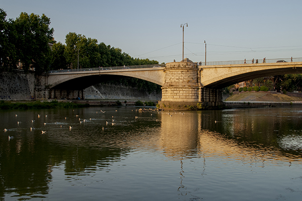 bridge_over_tiber_river_rome.JPG